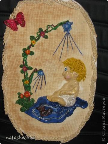 мальчик в памперсах с уточкой купается в росе