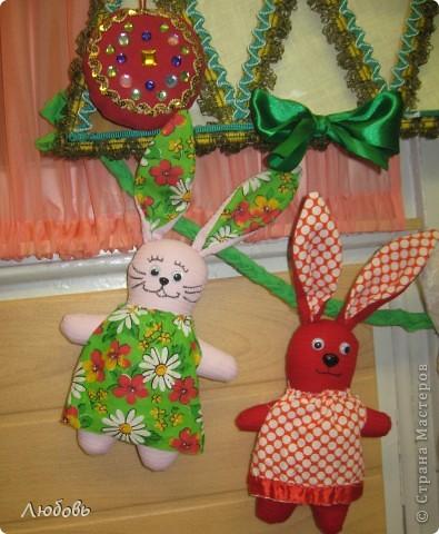 """В этом году решили нашу """"традиционную"""" ёлку нарядить шарами. Шары конечно из текстиля, а декорировали тесьмой и стразами. фото 7"""