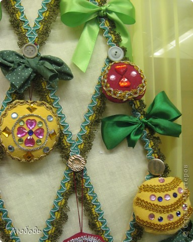"""В этом году решили нашу """"традиционную"""" ёлку нарядить шарами. Шары конечно из текстиля, а декорировали тесьмой и стразами. фото 4"""