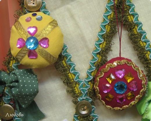"""В этом году решили нашу """"традиционную"""" ёлку нарядить шарами. Шары конечно из текстиля, а декорировали тесьмой и стразами. фото 1"""