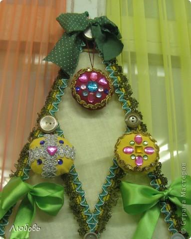 """В этом году решили нашу """"традиционную"""" ёлку нарядить шарами. Шары конечно из текстиля, а декорировали тесьмой и стразами. фото 2"""