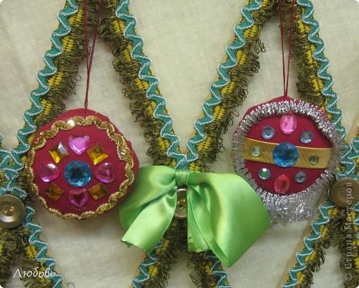 """В этом году решили нашу """"традиционную"""" ёлку нарядить шарами. Шары конечно из текстиля, а декорировали тесьмой и стразами. фото 3"""