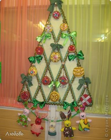 """В этом году решили нашу """"традиционную"""" ёлку нарядить шарами. Шары конечно из текстиля, а декорировали тесьмой и стразами. фото 9"""