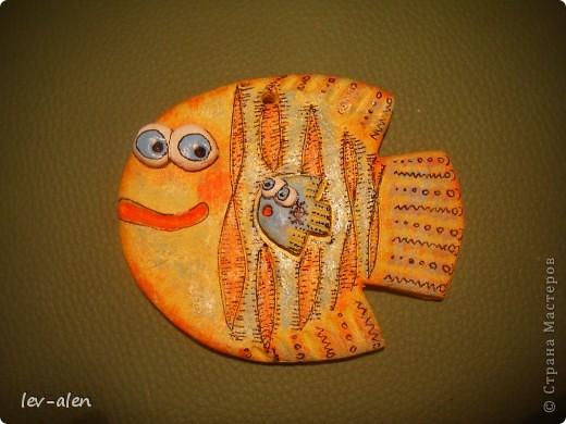 Небольшие рыбки (около 10см) , расписаны в стиле Дианы. Это подготовка к НГ. Подарочки для маминых подружек. У одной две дочки, а у двоих по одной. :) фото 2