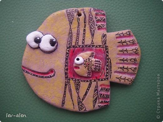 Небольшие рыбки (около 10см) , расписаны в стиле Дианы. Это подготовка к НГ. Подарочки для маминых подружек. У одной две дочки, а у двоих по одной. :) фото 9
