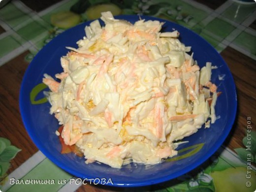 Рецепт №1 капуста -500гр яблоко кислое-1 шт апельсин-1шт морковь -1шт майонез или постное масло соль,сахар по вкусу. Капусту мелко порубить и помять до появления сока. Яблоко очистить от шкурки и порезать соломкой. Апельсин освободить от шкурки и пленок,порезать средними кусочками. Морковь натереть на средней терке. Всё смешать,посолить,  заправить  маслом или майонезом.