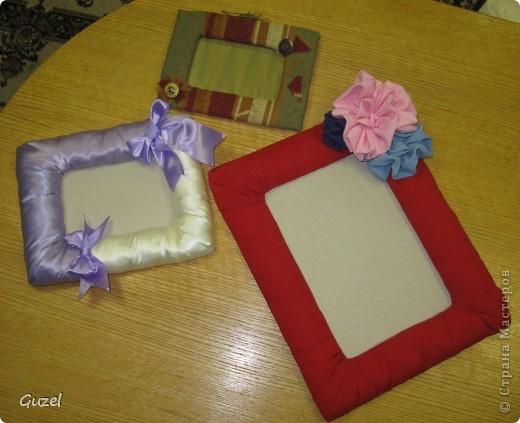Рамки для картин или фото из различных лоскутков, синтепона из старых игрушек или курток и картонных ящиков. Затраты мизерные, только на клей и нитки. фото 1