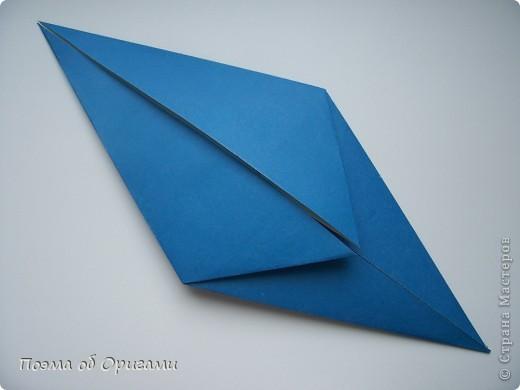 Базовая форма получается, если одновременно согнуть к центральной вертикали нижние и верхние стороны квадрата. Далее поподробнее. фото 1