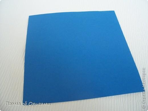 Базовая форма получается, если одновременно согнуть к центральной вертикали нижние и верхние стороны квадрата. Далее поподробнее. фото 2