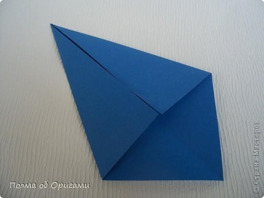 Базовая форма получается, если одновременно согнуть к центральной вертикали нижние и верхние стороны квадрата. Далее поподробнее. фото 5
