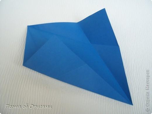 Базовая форма получается, если одновременно согнуть к центральной вертикали нижние и верхние стороны квадрата. Далее поподробнее. фото 6