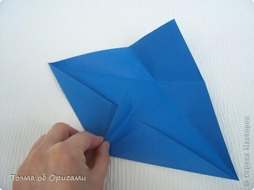 Базовая форма получается, если одновременно согнуть к центральной вертикали нижние и верхние стороны квадрата. Далее поподробнее. фото 7