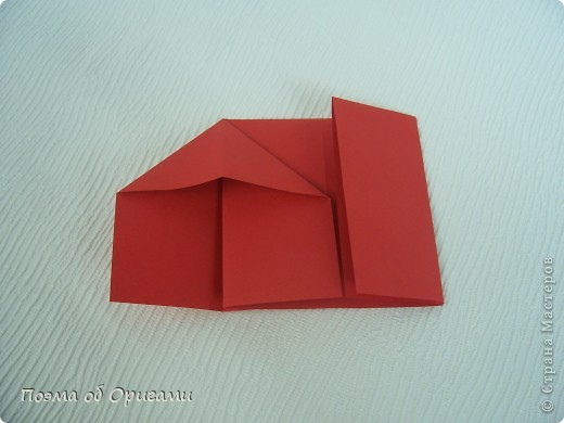 Для этой базовой формы сгибаем квадрат в прямоугольник. Затем, сгибаем к центральной линии его меньшие стороны и расплющиваем образовавшиеся карманы. Далее поподробнее. фото 7