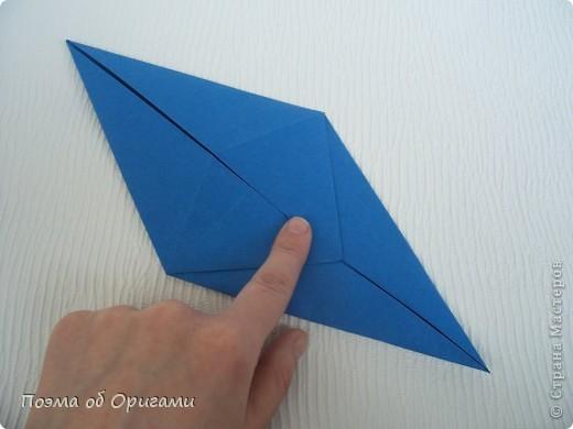 Базовая форма получается, если одновременно согнуть к центральной вертикали нижние и верхние стороны квадрата. Далее поподробнее. фото 8