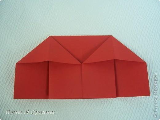 Для этой базовой формы сгибаем квадрат в прямоугольник. Затем, сгибаем к центральной линии его меньшие стороны и расплющиваем образовавшиеся карманы. Далее поподробнее. фото 8