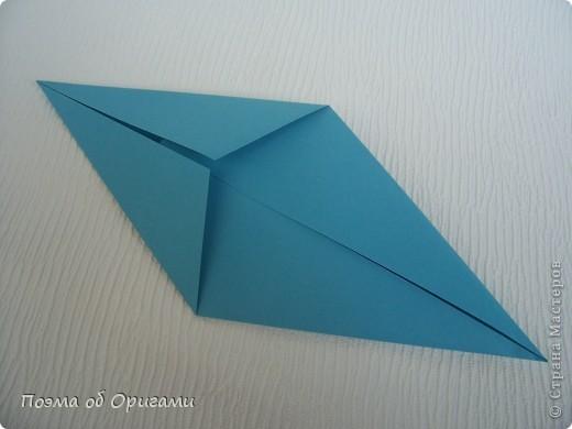 Чтобы сложить эту базовую форму, достаточно согнуть к вертикали верхние стороны базовой формы «воздушный змей». Далее поподробнее. фото 8