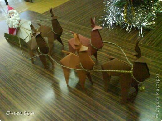 Олени-оригами. И Дед Мороз в санях-оригами. Сделали на одном дыхании!!!! за вечер: пятёрка оленей и Дедушка с санями заодно. Спасибо за великолепный МК КВЕТКА и Поэма об Оригами! Подробнейшие МК!!! Вот ссылочка (там ещё и коробочки есть для подарков) http://stranamasterov.ru/node/122226?c=favorite фото 2