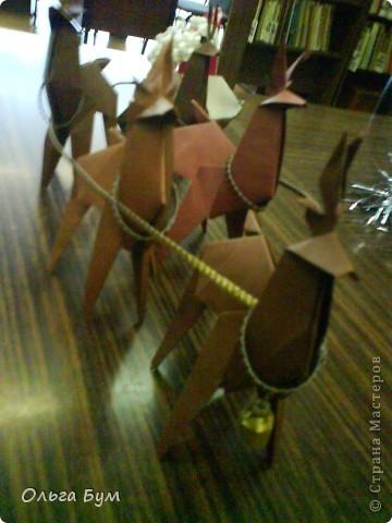Олени-оригами. И Дед Мороз в санях-оригами. Сделали на одном дыхании!!!! за вечер: пятёрка оленей и Дедушка с санями заодно. Спасибо за великолепный МК КВЕТКА и Поэма об Оригами! Подробнейшие МК!!! Вот ссылочка (там ещё и коробочки есть для подарков) http://stranamasterov.ru/node/122226?c=favorite фото 1