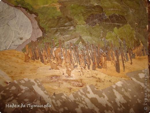 Мы остановились после выполнения дальнего плана. Сейчас из листьев лопуха я выклеиваю дальние берега, передний план из листьев ландыша. фото 9