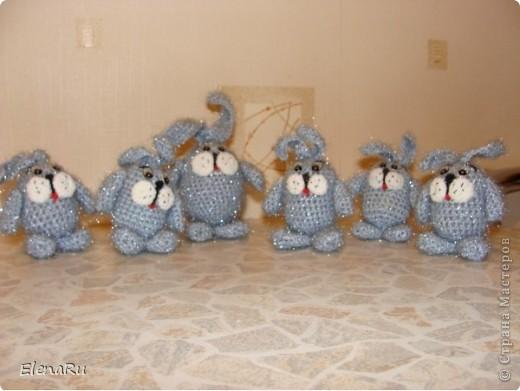 Кролик - символ плодовитости! Вот они плодятся у нас на новогодние подарки. Вязала моя мама. Всех поздравляю с наступающим НОВЫМ ГОДОМ!!!