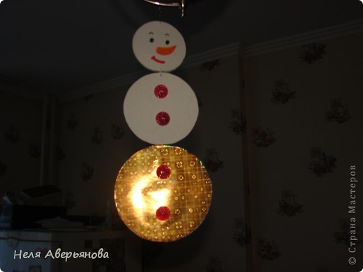 Снеговика подвесили к люстре фото 1