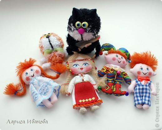 Первый подарок пришел из далекой Чувашии от Елены Груздевой. Ее нет в Стране Мастеров, но не показать я этих куколок не могла))) Это куколки-магнитики, сшиты очень аккуратно и с большой любовью одной чувашской мастерицей))) фото 1