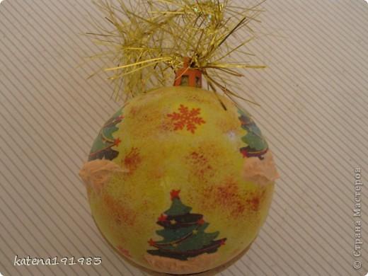 Решила в этом году ребятам с работы подарить вот такие шарики. Купила пластиковые шарики в Ашане и декупажировала в прошлые выходные.  фото 8