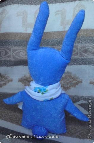 Моей старшей дочке Кристине очень уж понравился заяц, сшитый из носков. Он продается у нас в магазине и стоит 1400 руб. Я уговорила её не покупать, пообещала, что сошью ей такого зайца. Выкройку мастерила сама, получился он не совсем такой как надо, но очень похож. А когда закончила шить - нашла МК на страницах нашей Страны Мастеров, как сделать зайца из носков - https://stranamasterov.ru/node/46800. Что же, лучше поздно, чем никогда... Следующие будут лучше, тем более, что и от младшей дочи заявка на таких зайцев поступила...  фото 3