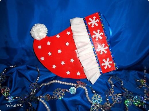 Такую новогоднюю шапку-колпак можно подарить вместо традиционного сапожка. фото 1