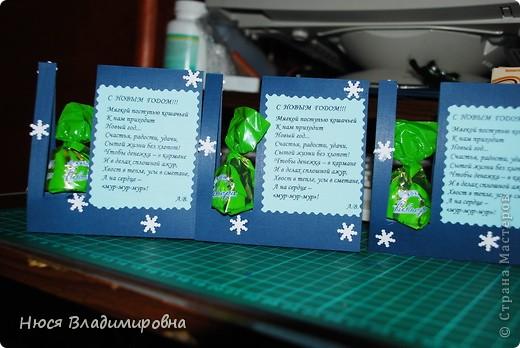 Добрый день,вечер, ночь - на днях изготовила вот такие открыточки с сюрпризом - конфеткой. Идея конечно - же не моя, первый раз увидела на свадьбе вместо елки и поздравлений были написаны имена гостей (рассадка гостей), НО наступают праздники а удивить и порадовать хочется. Вот решила немного переиграть идею и сделать откытки с конфетками. Делается просто и быстро! (если это парочка открыточка я же делала их 40 штук, в подарок) фото 15