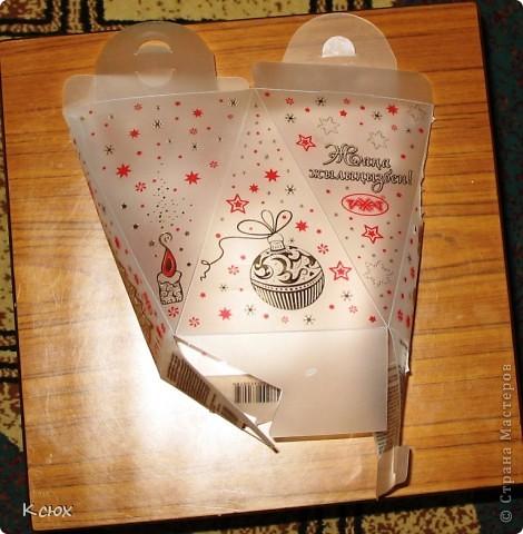 Такое название работа имеет потому, что для декорирования елочки я использовала снежинки, которые вырезала с упаковки новогоднего подарка, полученного в прошлом году. фото 3