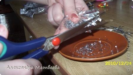 1.Понадобится: Фольга,ножницы,Краски по ткани, клей ПВА, тарелочка и пластмассовое яйцо от Смешариков. фото 5