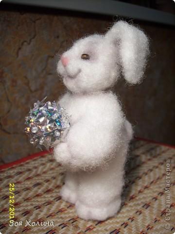"""За окном идет пушистый мягкий снежок, а """"Пушистик"""" собирается наряжать новогоднюю елку. У него много друзей, которые придут к нему в гости на праздник и будут веселиться вокруг его елочки. фото 4"""