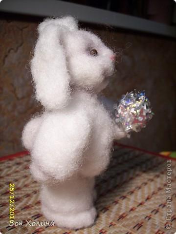 """За окном идет пушистый мягкий снежок, а """"Пушистик"""" собирается наряжать новогоднюю елку. У него много друзей, которые придут к нему в гости на праздник и будут веселиться вокруг его елочки. фото 5"""