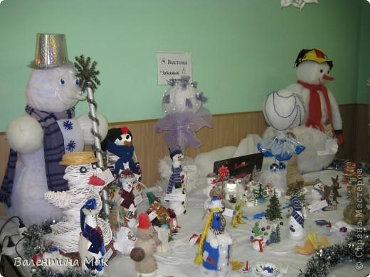 Вот такую небольшую выставку снеговиков устроили мы с ребятами у нас в клубе по месту жительства. фото 1