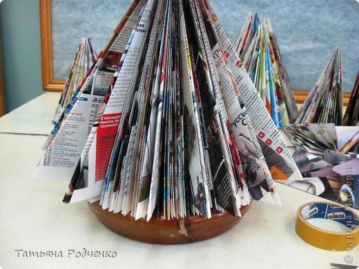 Когда стояли морозы ниже -40, дети не учились, и мы с ребятами из детского дома решили сделать ёлочку из журналов. Хочу показать МК. Таких ёлок много в Стране Мастеров, но наша отличается))) фото 8