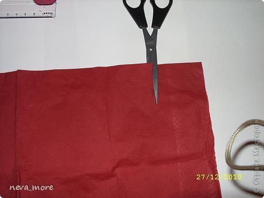 Нам понадобится: нитка и иголка, ножницы, плотная салфетка (или ткань, лента), резинка, булавка. фото 9