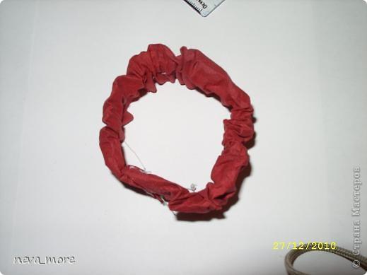 Нам понадобится: нитка и иголка, ножницы, плотная салфетка (или ткань, лента), резинка, булавка. фото 17