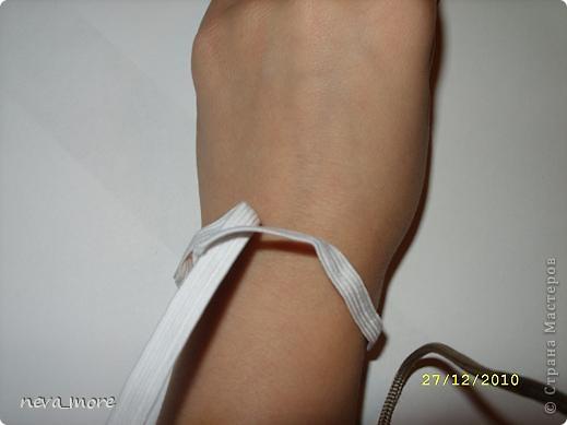 Нам понадобится: нитка и иголка, ножницы, плотная салфетка (или ткань, лента), резинка, булавка. фото 2