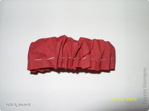 Нам понадобится: нитка и иголка, ножницы, плотная салфетка (или ткань, лента), резинка, булавка. фото 18