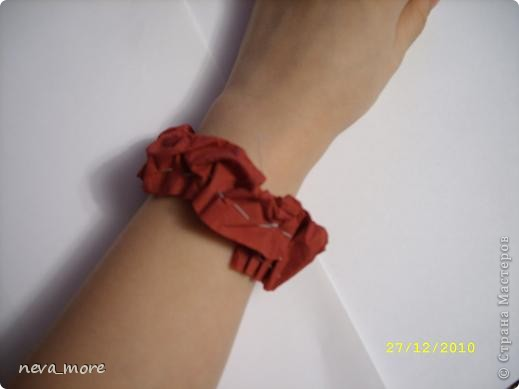 Нам понадобится: нитка и иголка, ножницы, плотная салфетка (или ткань, лента), резинка, булавка. фото 19
