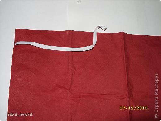 Нам понадобится: нитка и иголка, ножницы, плотная салфетка (или ткань, лента), резинка, булавка. фото 4