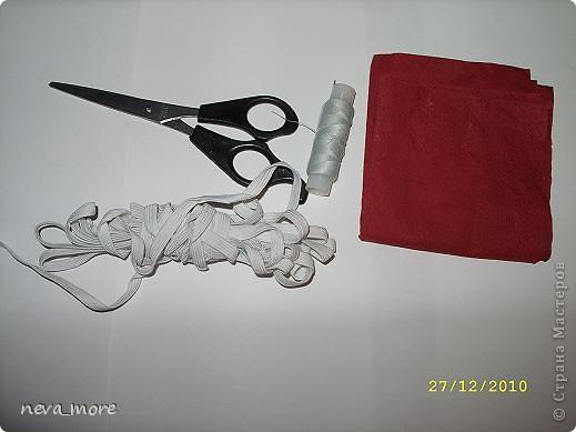 Нам понадобится: нитка и иголка, ножницы, плотная салфетка (или ткань, лента), резинка, булавка. фото 1