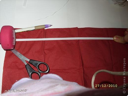 Нам понадобится: нитка и иголка, ножницы, плотная салфетка (или ткань, лента), резинка, булавка. фото 6