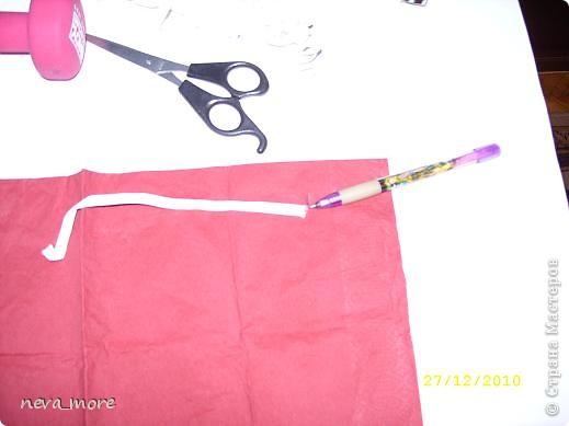 Нам понадобится: нитка и иголка, ножницы, плотная салфетка (или ткань, лента), резинка, булавка. фото 7