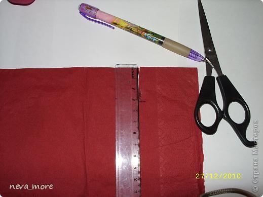 Нам понадобится: нитка и иголка, ножницы, плотная салфетка (или ткань, лента), резинка, булавка. фото 8