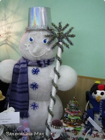 Вот такую небольшую выставку снеговиков устроили мы с ребятами у нас в клубе по месту жительства. фото 8