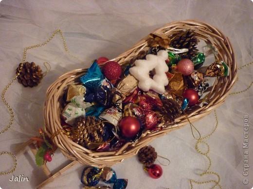 Вот такие саночки я сплела для конфет на Новый год ) фото 5