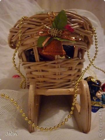 Вот такие саночки я сплела для конфет на Новый год ) фото 2