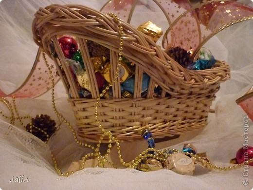 Вот такие саночки я сплела для конфет на Новый год ) фото 3